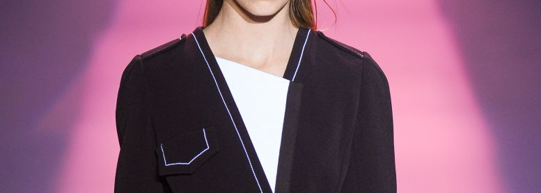Il wet look associato a una bocca rosso glamour: must have