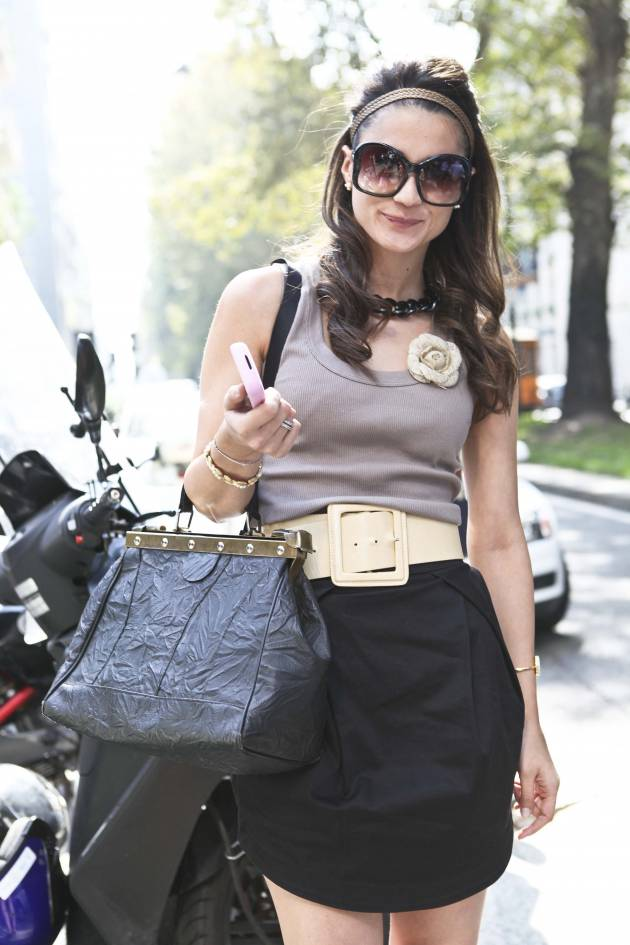 Streetstyle: L'headband, accessorio chic dell'estate